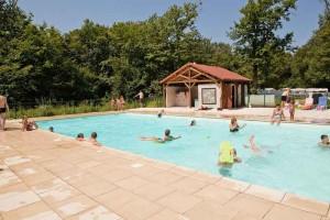 kleine camping met zwembad