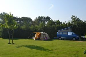 Tent en blauwe campervan op een Minicamping Nederland